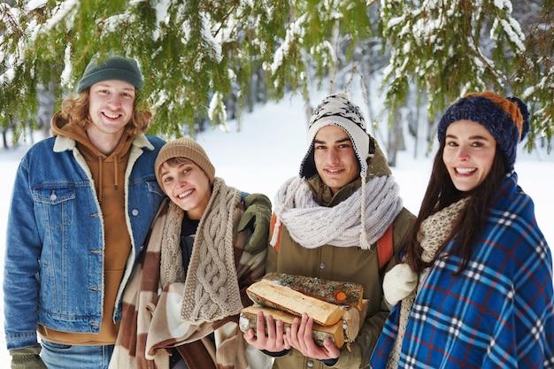 Jovens na floresta de inverno