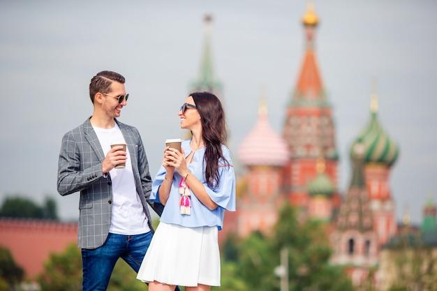 Jovens namoro casal apaixonado andando no fundo da cidade st basils church