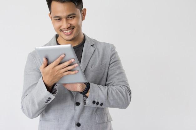 Jovens negócios asiáticos com tablet