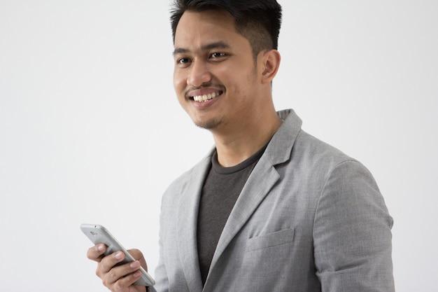 Jovens negócios asiáticos com telefone celular inteligente