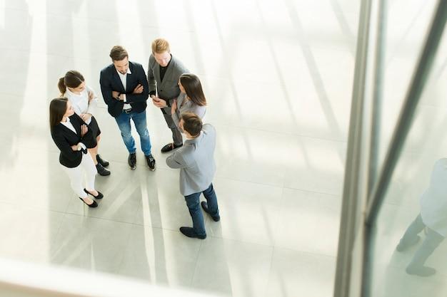 Jovens no escritório fotografado de cima