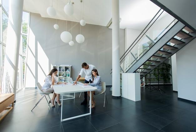 Jovens no escritório