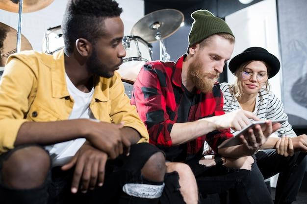 Jovens no estúdio de música