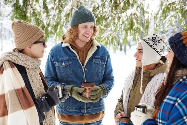 Jovens no resort de inverno