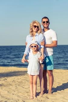Jovens pais e sua filha pequena.