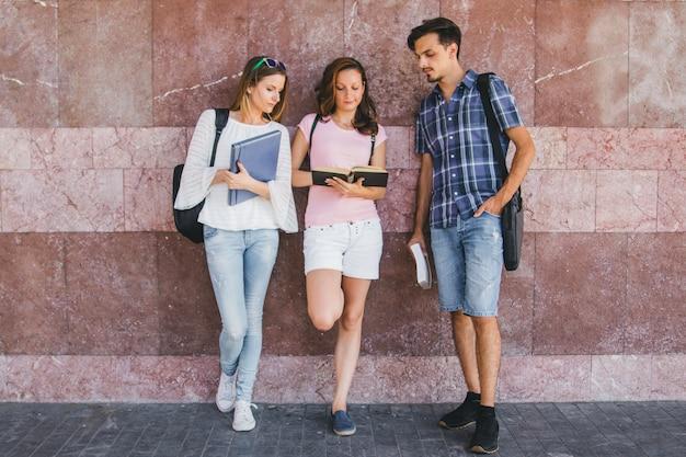 Jovens posando com blocos de anotações