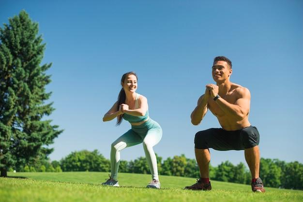 Jovens praticando esporte ao ar livre