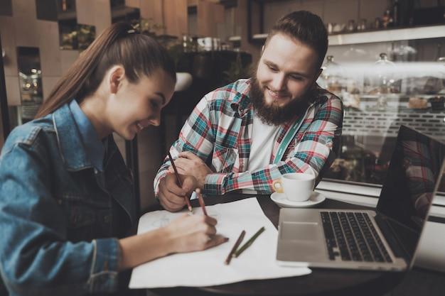 Jovens preencher documentos enquanto em um café