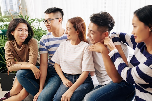 Jovens procurando amigo contando história interessante