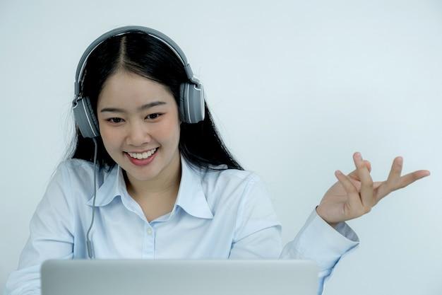 Jovens professores asiáticos estão ensinando de forma divertida on-line em seu escritório em casa o conceito de ensino de distanciamento social durante doenças virais covid.