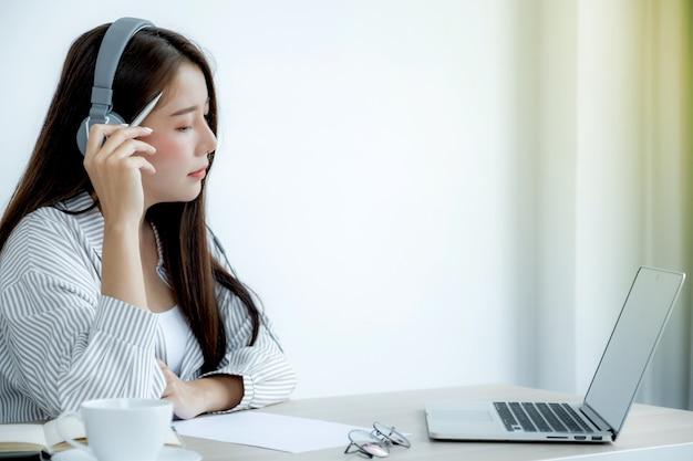 Jovens professores asiáticos estão ensinando diversão on-line em seu escritório em casa