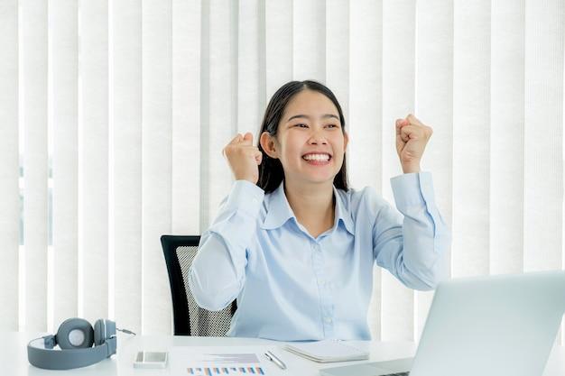 Jovens professores asiáticos estão ensinando online de forma divertida, em seu escritório em casa, o conceito de ensino de distanciamento social durante doenças virais covid.
