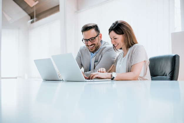 Jovens profissionais na frente de um computador