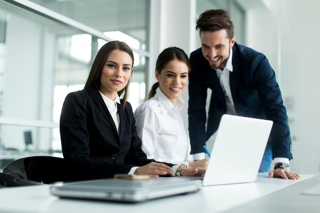 Jovens que trabalham no escritório