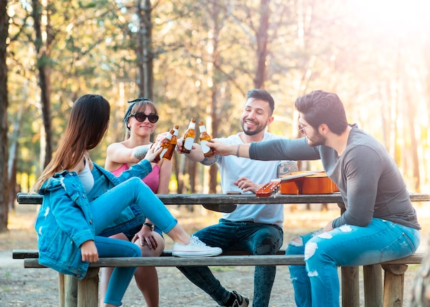 Jovens rapazes ao ar livre festa brindando com cerveja