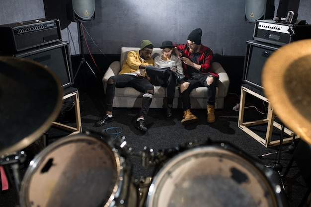 Jovens relaxando no estúdio