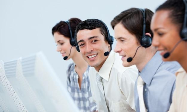 Jovens representantes do serviço ao cliente em um call center