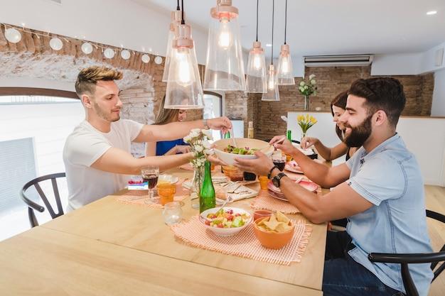 Jovens reunidos na mesa