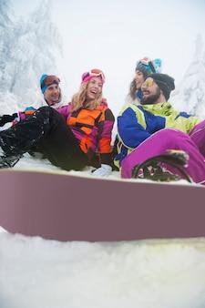 Jovens se divertindo durante o inverno