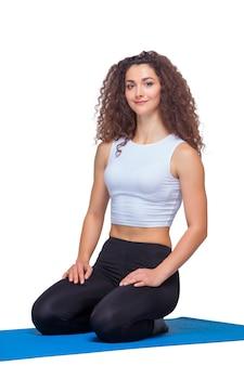 Jovens se encaixam mulher após exercícios de ioga.
