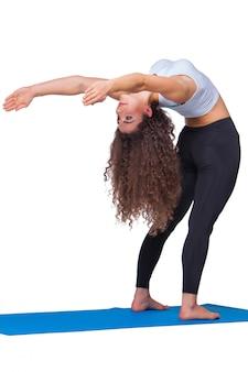 Jovens se encaixam mulher fazendo exercícios de ioga.