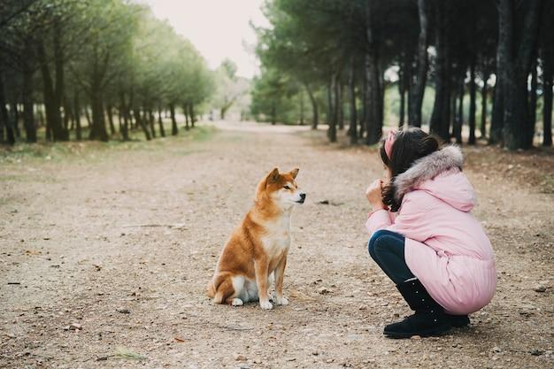 Jovens se inclinaram conversando com seu cachorro