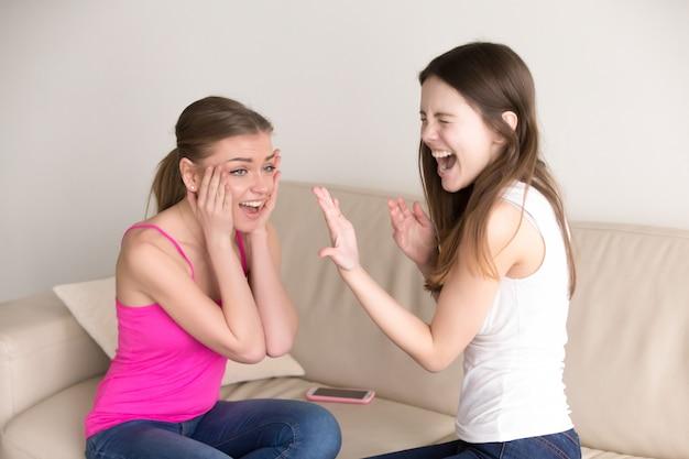 Jovens senhoras felizes comemorando a proposta de casamento
