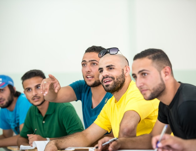 Jovens sentados em sala de aula