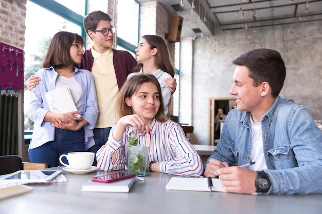 Jovens, sentando, em, café