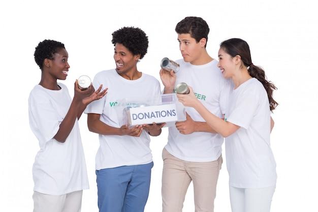 Jovens sorridentes voluntários coletando doações