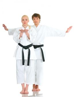 Jovens talentosos atletas de karatê no tempo em um quimono