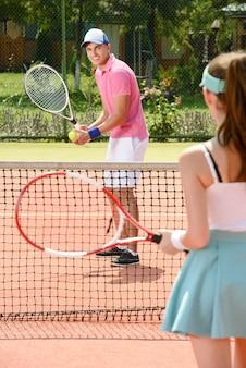 Jovens tenistas masculinos e femininos.