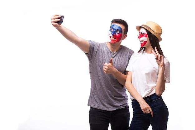 Jovens torcedores tchecos e croatas tirando uma selfie isolada na parede branca