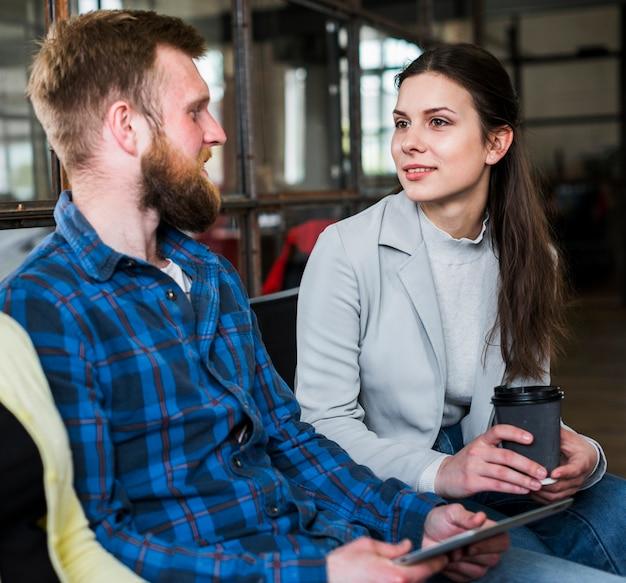 Jovens trabalhadoras tendo conversa em pausa