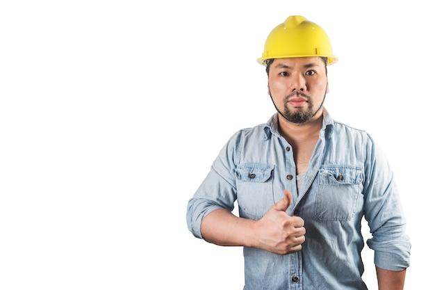 Jovens trabalhadores da construção civil em capacetes