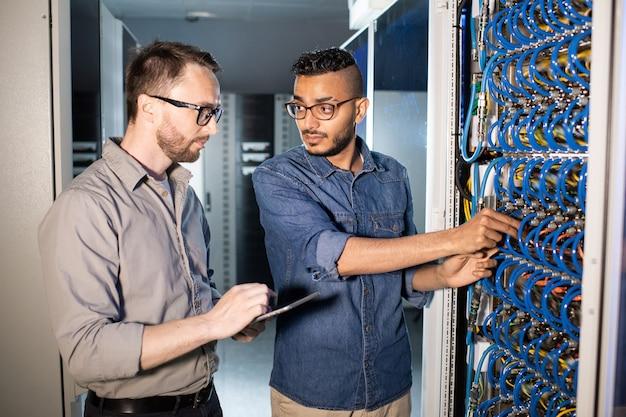 Jovens trabalhadores de ti consertando servidor
