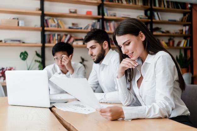Jovens trabalham no escritório