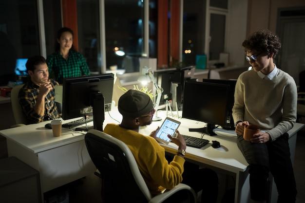 Jovens trabalhando até tarde