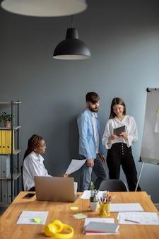 Jovens trabalhando juntos em uma empresa iniciante