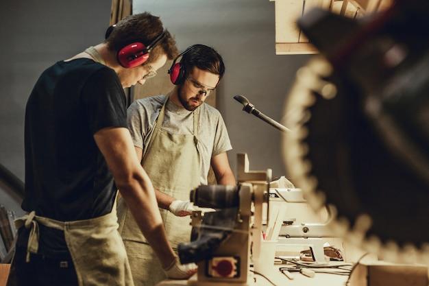Jovens trabalhando na bancada em marcenaria
