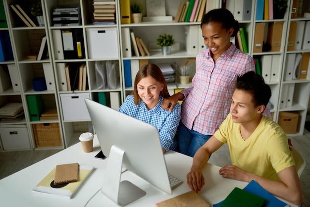 Jovens trabalhando na biblioteca