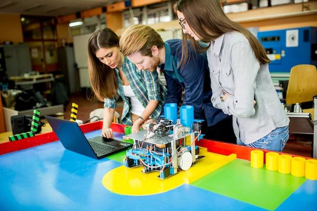 Jovens trabalhando na sala de aula de robótica