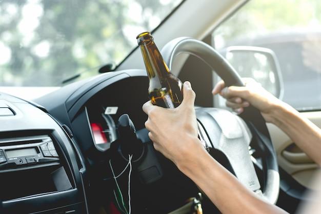 Jovens turistas estão dirigindo enquanto bebem álcool.