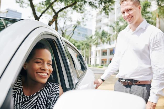 Jovens usando carro na cidade