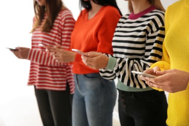 Jovens usando telefones celulares. conceito de vício