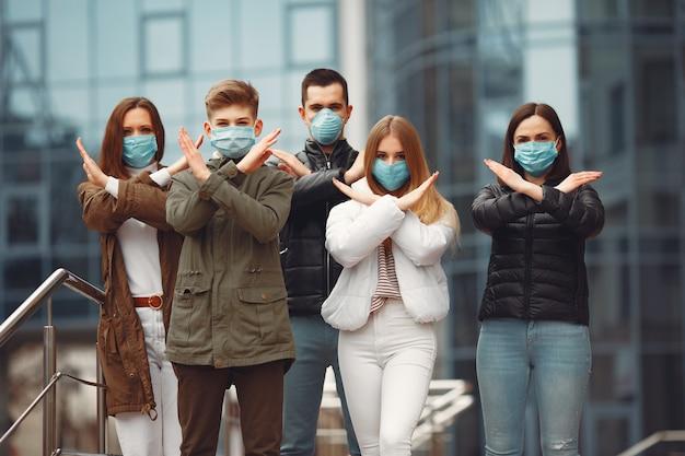 Jovens vestindo pespiradores estão cruzando as mãos
