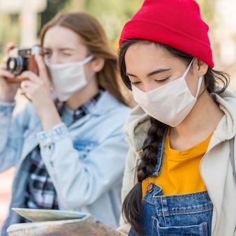 Jovens viajantes com máscara