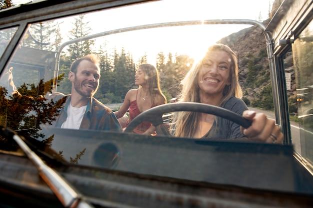 Jovens viajantes rurais dirigindo pelo interior