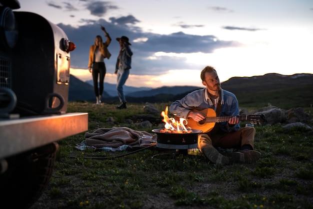 Jovens viajantes rurais em um piquenique
