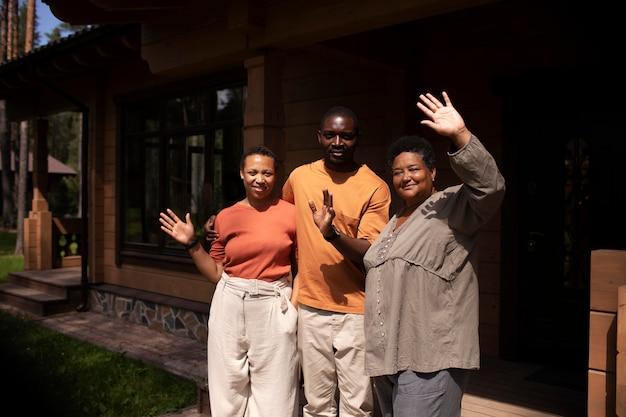 Jovens visitando parentes